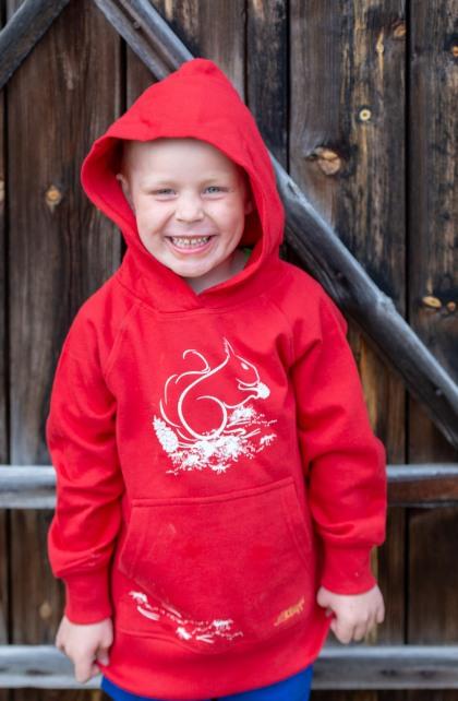 Röd ekologisk tröja för barn med ekorre